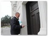 A. Kirkliauskas rakina bažnyčios varpinės duris.