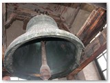 Varpinės viršuje, ten, kur kabo per dvi tonas sveriantis didysis bažnyčios varpas.
