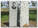 Vaikiški bateliai prie Vailokaičių paminklo Pikžirnių kaime (Šakiai).